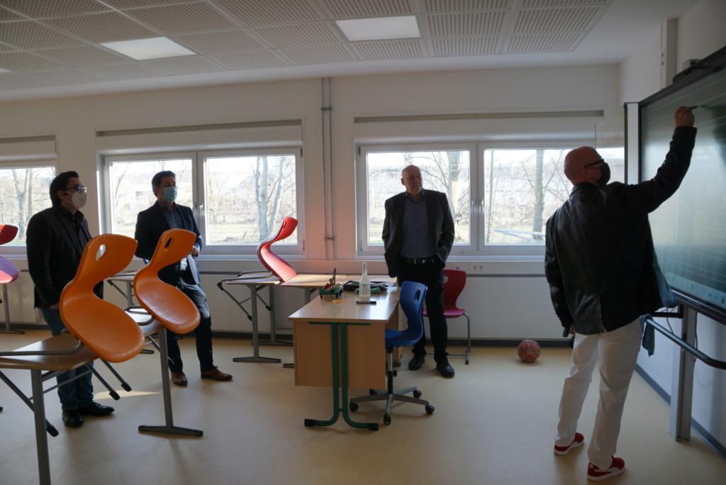 Besichtigung der neuen modernen Klassenräume in Containerbauweise